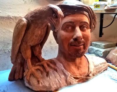 falconiere con poiana in scultura