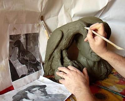 scultura argilla aquila falconiere