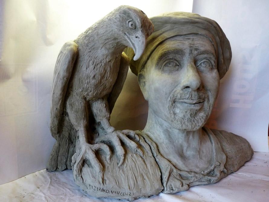 scultura con aquila uccello rapace